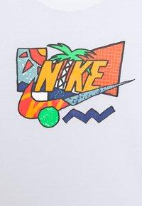 Nike Sportswear - TEE FUTURA PALM UNISEX - T-shirt print - white - 2