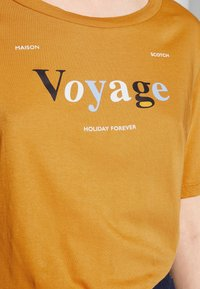 Scotch & Soda - RELAXED FIT TEE WITH ARTWORKS - T-shirts med print - orange dusk - 4