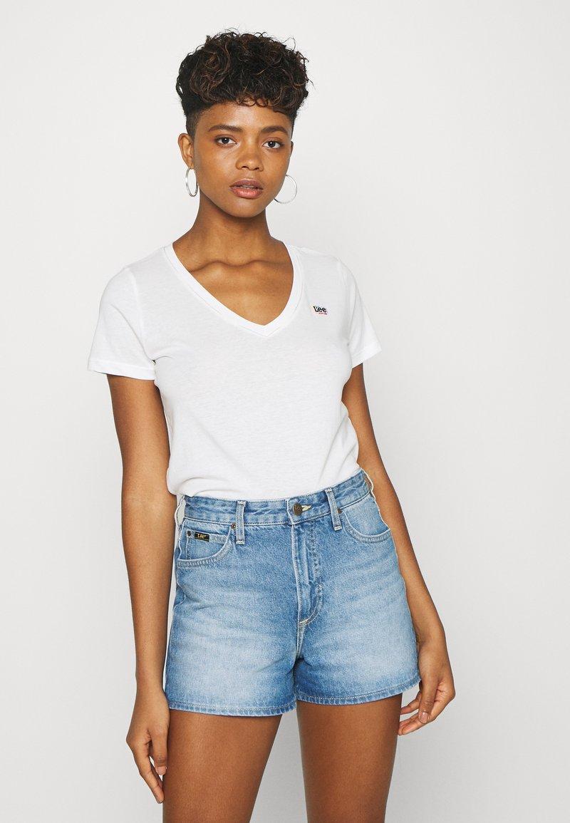 Lee - PRIDE V NECK TEE - T-shirt z nadrukiem - white