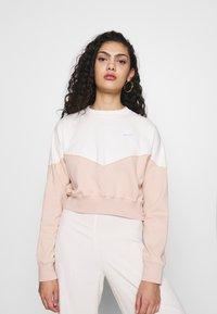 Nike Sportswear - W NSW HRTG CREW FLC - Sweatshirt - shimmer/pale ivory - 0