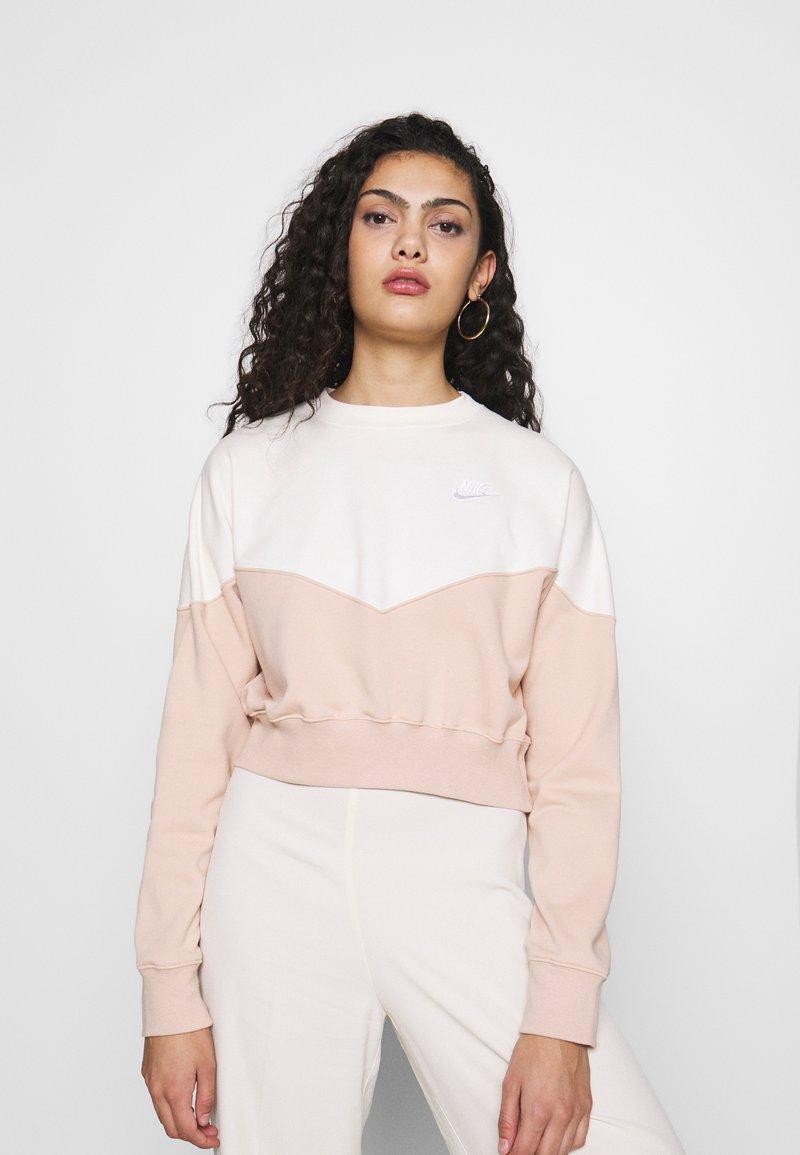 Nike Sportswear - W NSW HRTG CREW FLC - Sweatshirt - shimmer/pale ivory