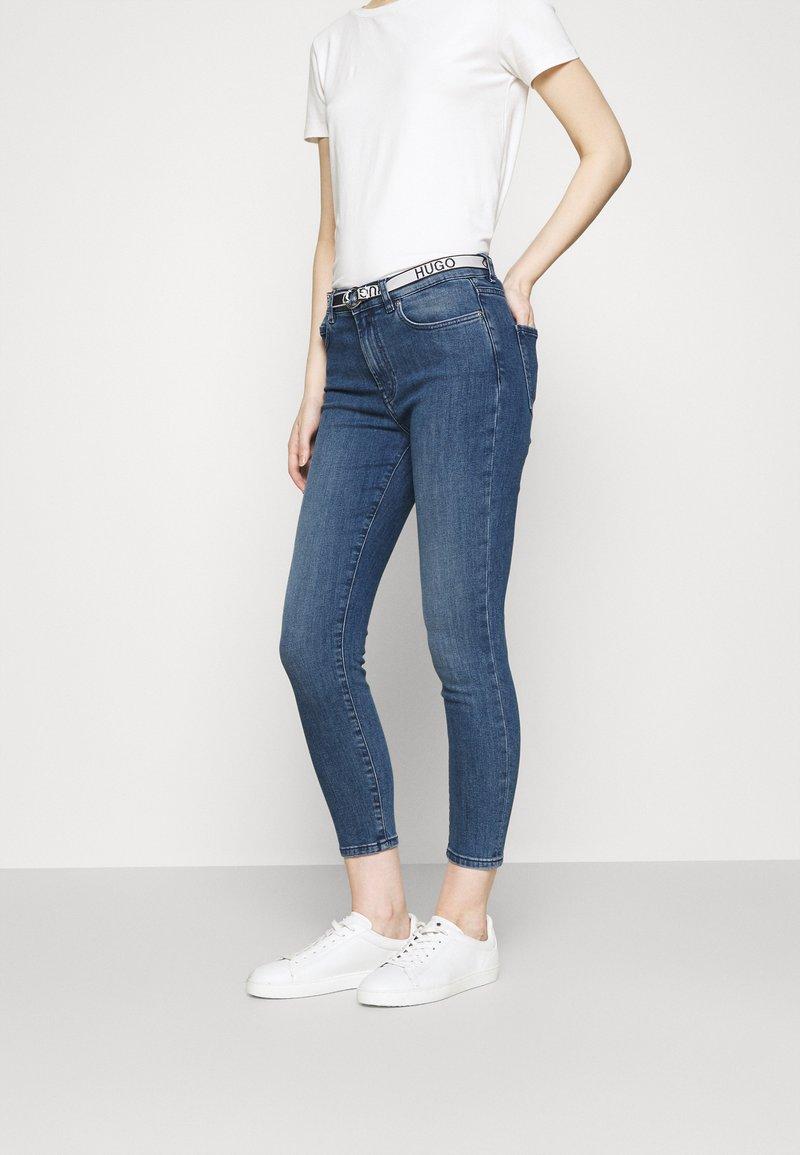 HUGO - CHARLIE CROPPED - Jeans Skinny Fit - bright blue