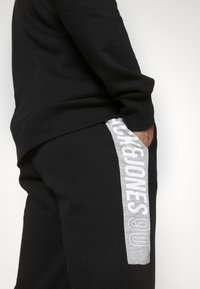 Jack & Jones - JCOBONDS TRACKSUIT SET - Sweatshirt - black - 6