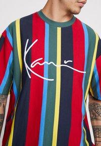 Karl Kani - SIGNATURE STRIPE TEE - T-Shirt print - green/yellow/black/blue - 5