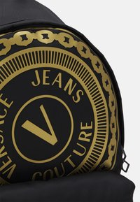 Versace Jeans Couture - UNISEX - Mochila - black/gold - 5