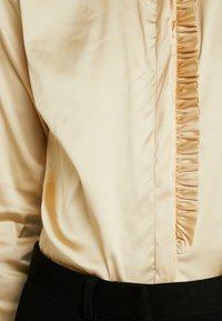 Mos Mosh - TILDA FRILL SATIN - Košile - beige - 7