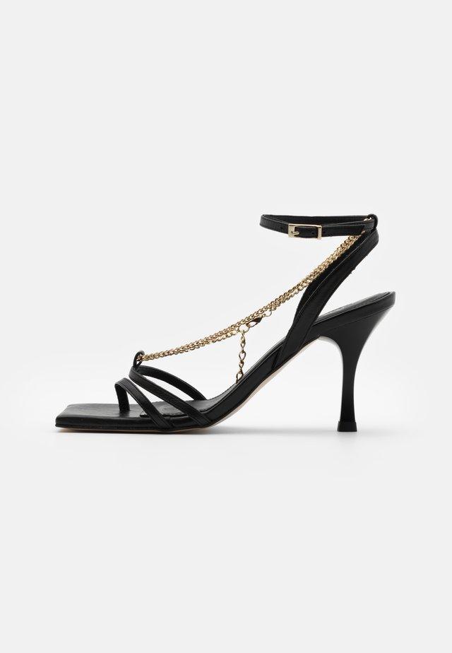 STRAPS CHAIN - Sandaalit nilkkaremmillä - black
