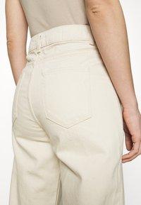 Selected Femme - SLFFRIDA MOM - Straight leg jeans - creme - 3