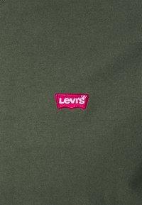 Levi's® - VNECK - T-shirt basique - greens - 6