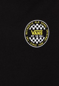 Vans - CHECKER BOYS - Camiseta estampada - black/sulphur spring