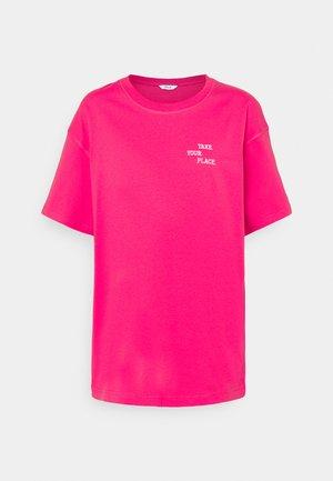 ENKULLA TEE - Print T-shirt - magenta place