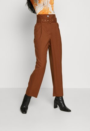 HIGHWAIST BELT PEG TROUSERS - Pantalones - tobacco