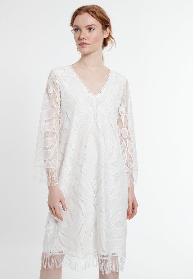 DARLYA - Korte jurk - weiß