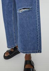 PULL&BEAR - MIT ZIERRISSEN - Flared Jeans - dark blue - 3
