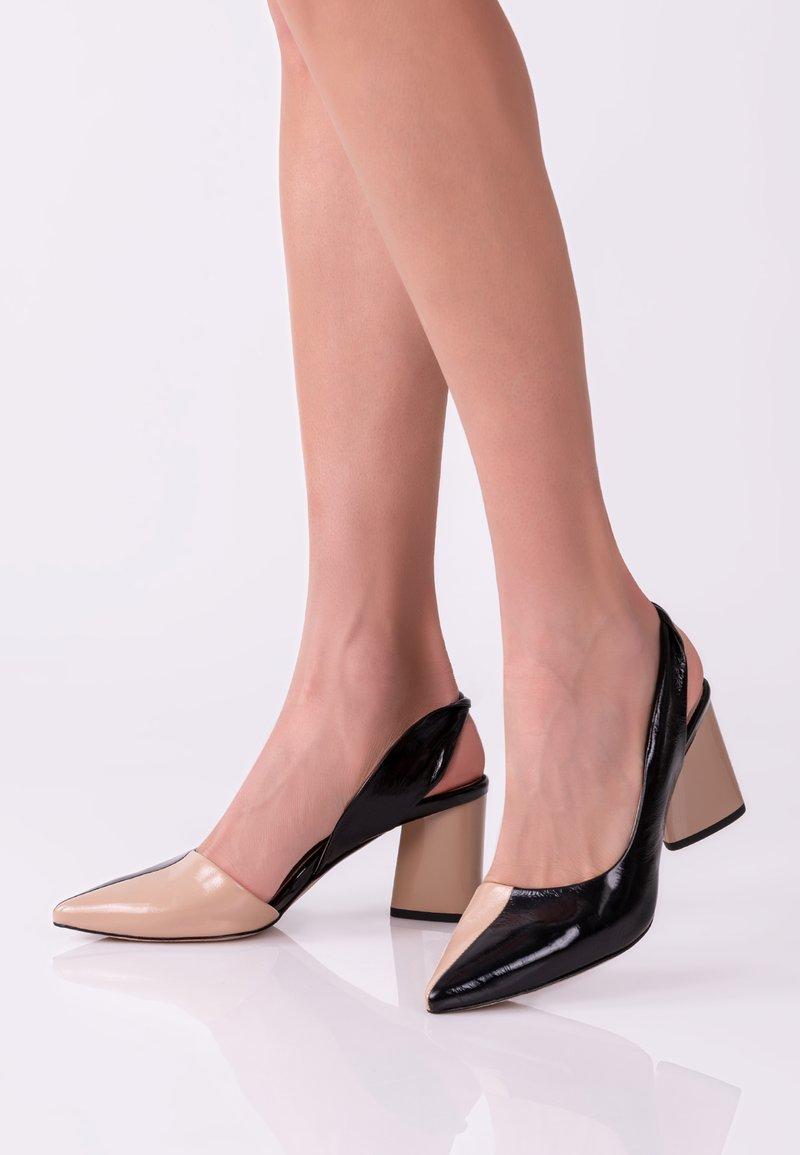 TJ Collection - Classic heels - beige