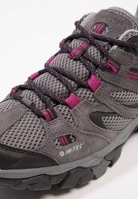 Hi-Tec - RAVUS VENT LOW WP WOMENS - Zapatillas de senderismo - charcoal/cool grey/clematis - 5