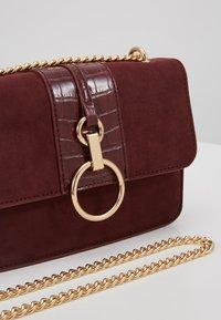 New Look - ROXANNE RING DETAIL CHAIN SHOULDER - Borsa a tracolla - dark burgundy - 6