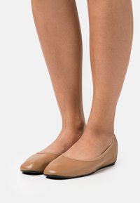Filippa K - REY FLAT - Baleríny - chestnut brown - 0