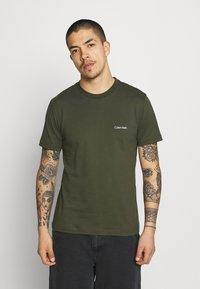Calvin Klein - CHEST LOGO - T-shirt - bas - dark olive - 0