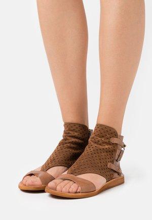 CAROLINA  - Sandály - brown