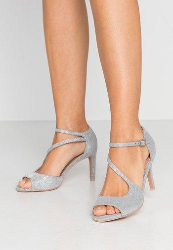 Sandaler med høye hæler