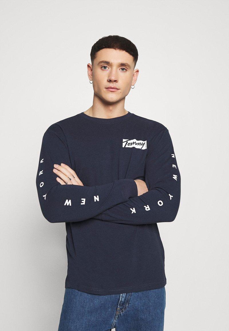 Tommy Jeans - LONGSLEEVE SCRIPT BOX TEE - Maglietta a manica lunga - twilight navy