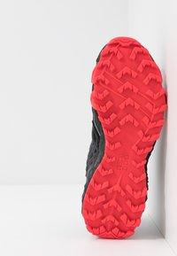 Dynafit - FELINE SL - Obuwie do biegania Szlak - black/fluo pink - 4