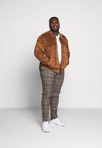 Topman - HERI CHECK - Pantalon de costume - brown - 1