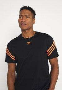 adidas Originals - TEE UNISEX - T-shirt con stampa - black - 3