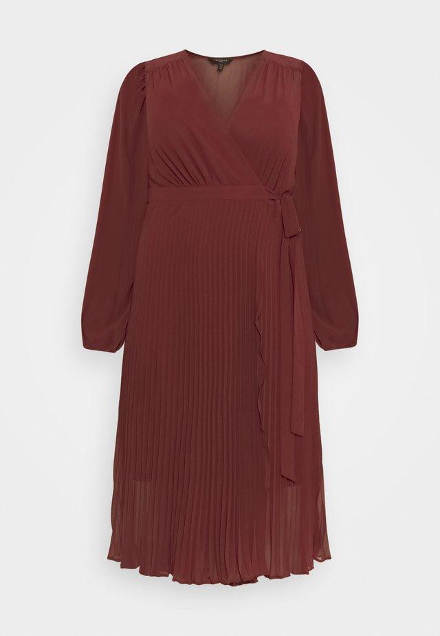 PENELOPE PLEATED WRAP DRESS - Vestito estivo - winter berry