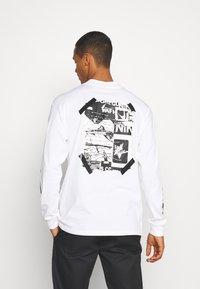 Nike Sportswear - MOCK TEE PUNK PACK - Top sdlouhým rukávem - white - 2