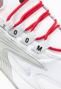 Nike Sportswear - ZOOM 2K - Sneaker low - white/pure platinum/gym red/black - 2