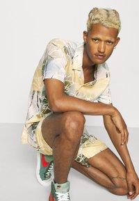 Nominal - SPIRAL TWIN SET - Shorts - multicolor - 3
