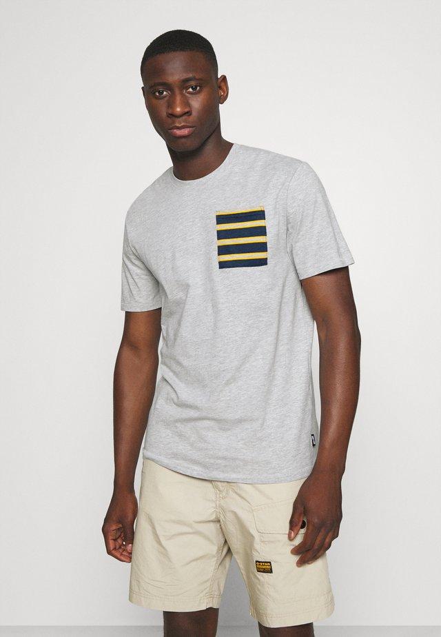 ONSMELTIN LIFE POCKET TEE - T-shirt z nadrukiem - light grey melange