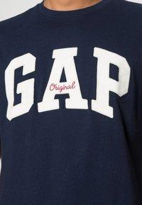 GAP - ORIG ARCH  - T-shirt z nadrukiem - tapestry navy - 4