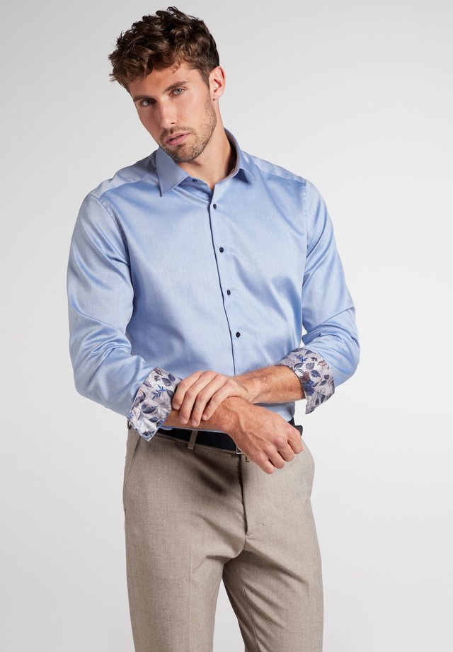 MODERN FIT - Shirt - hellblau
