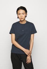 Holzweiler - SUZANA - Print T-shirt - dark blue - 0