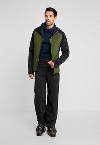 PYUA - SNUG - Giacca da snowboard - black/rifle green - 1