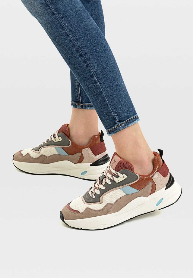 MIT ELEMENTEN IN VERSCHIEDENEN FARBEN - Sneakers basse - multi-coloured