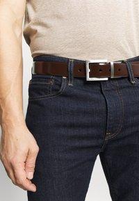 Ted Baker - BROSNEN XOOM REVERSIBLE FIXED PRONG BELT - Belt - xchocolate - 1
