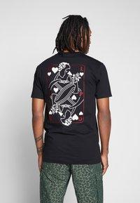 Cleptomanicx - CARDS - T-shirt z nadrukiem - black - 0