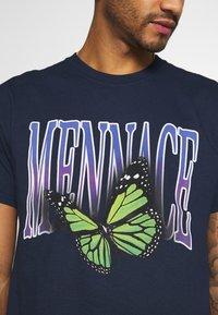 Mennace - BUTTERFLY  - T-shirt med print - navy - 4