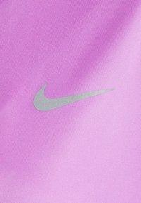 Nike Performance - MILER - T-shirt med print - fuchsia glow/reflective silver - 2