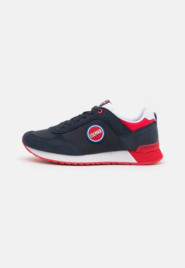 TRAVIS BOOST - Sneakers laag - navy/red