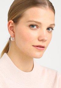 Swarovski - FACET SWAN - Earrings - rosegold-coloured - 1