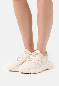 adidas Originals - OZWEEGO  - Baskets basses - white - 0