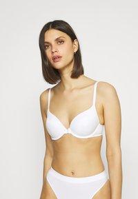 Marks & Spencer London - SUMPT SOFT PLUNGE - T-shirt bra - white - 2