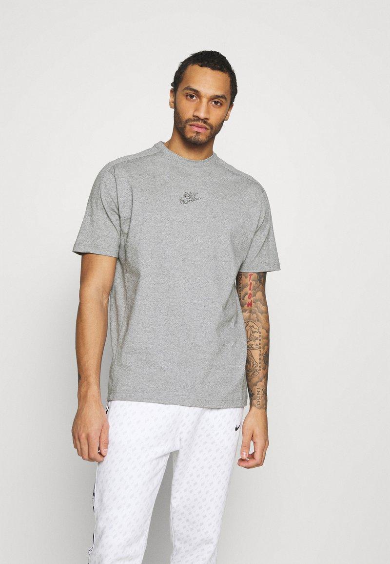Nike Sportswear - T-shirt z nadrukiem - grey/heather