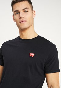 Wrangler - SIGN OFF TEE - T-shirt basic - black - 4