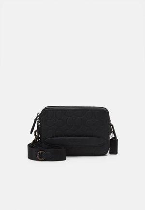 CHARTER CROSSBODY IN SIGNATURE UNISEX - Across body bag - black